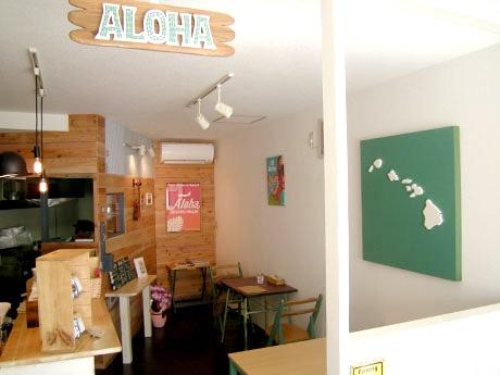 3月29日にオープンしたハワイアンカフェ「Holo Holo Cafe」1階店内の様子