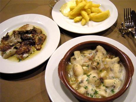 現地・スペインを再現することにこだわった料理「イカのフリット」(奥)、「マッシュルームの鉄板焼き」(手前)、「豚耳の鉄板焼き」(左)