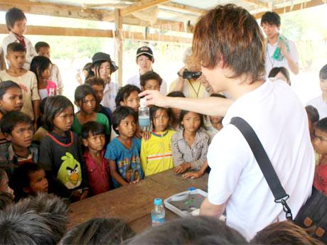 荒井昭則さんの手洗い指導を真剣に聞くカンボジアの子どもたち