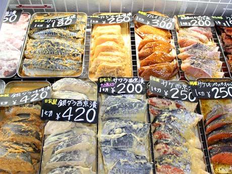 魚の切り身がショーケースに並ぶ様子