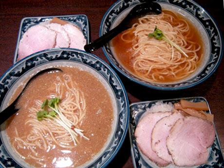 煮干神のメニュー「特濃煮干そば」(手前)と淡麗スープの「煮干そば」(奥)(650円~)