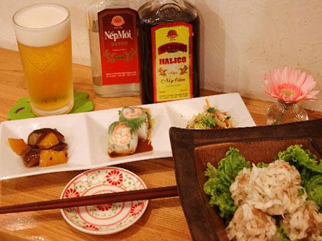 居酒屋タイムに提供されるお疲れさまセットと花シュウマイ。ネプモイとネプカムはベトナムの焼酎