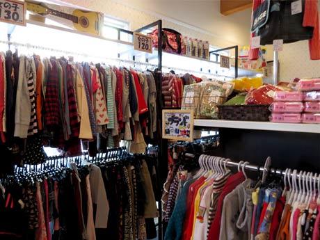 5,000着以上の子ども衣料を並べる「リサイクル子供服ECO&KIDS AKIRA調布仙川店」
