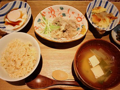 「シューマイ」などのメーン料理から1種類、小鉢から2品、付け合わせ1品に白米か玄米か季節のごはんから一つを自由に選べる注文スタイル