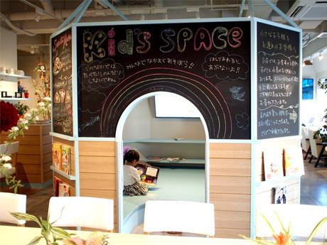 「カフェ アンプッチ」店内にあるハウス型のキッズスペース