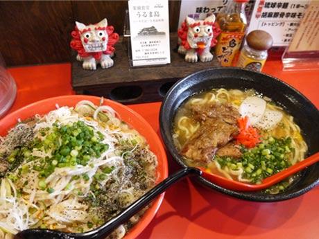 久米島味増もやしそば(左)とソーキそば(右)