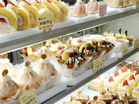 常時約15種類のケーキを並べるショーケースの様子