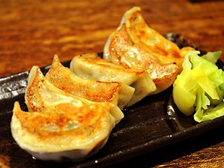 肉汁をしっかりと閉じ込めたモチモチした食感が特徴のギョーザ