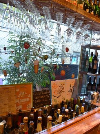フロア常設のワインバーは自分でグラスに注ぐセルフスタイル