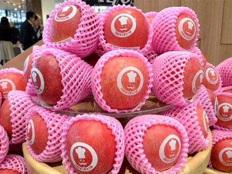 リニューアルオープンしたクイーンズ伊勢丹仙川店。ロゴがプリントされたリンゴなどのフルーツが店内入り口に並ぶ