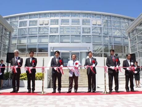 5月12日に行われた神代植物公園「大温室」リニューアルオープンでのテープカットの様子