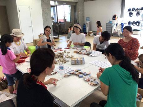 調布市仙川町を拠点に新しい働き方を提案・実践するポラリスが請け負っているアッセンブル作業の様子