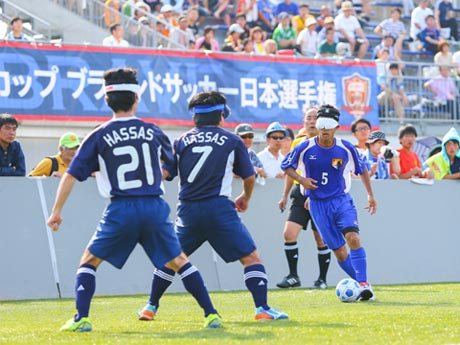 アイマスクをして転がると音が出る専用ボールを使い、健常者もしくは弱視者のゴールキーパーとコーチとガイドの声を頼りにゴールを競う