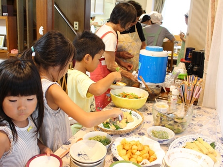 地元農家やフードバンク狛江から提供された野菜や米を使ったメニューを用意。バイキング形式で、自分が食べたい分だけ取り分けていく