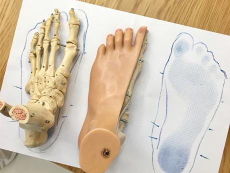 足形を計測専用の用紙にプリントする「フットプリント」