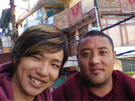 東京工業大学4年生の荒井昭則さん(左)とダラムサラで知り合ったチベット人のパッサンさん(右)
