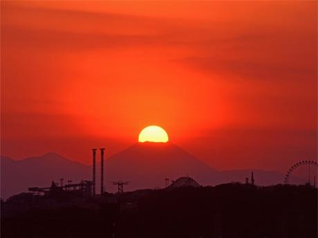 多摩川五本松公園(下布田2)で熊澤孝昭さんが撮影した「ダイヤモンド富士」(2011年2月4日撮影)