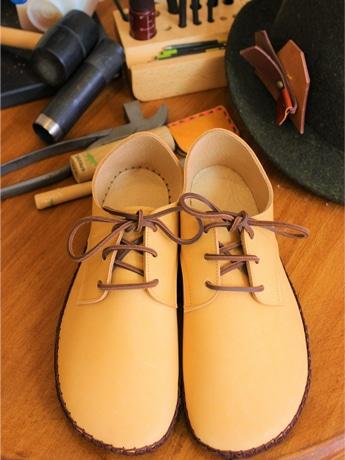 ワークショップのメインプログラム「手縫いの外履きひも靴」