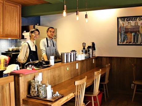 「hutte(ヒュッテ)」店主の金子定治さん(右)と店員の大浦詩由さん(左)
