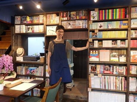 本棚の前に立つ、店主の桜井俊宏さん