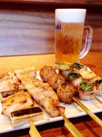 左から「ねぎま」「豚バラ」「つくね」と「野菜肉巻き串」2種