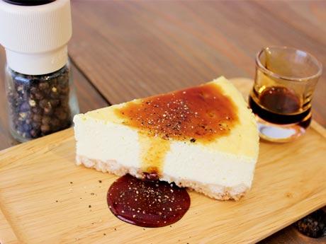 音楽教室と喫茶「箱」の「手作りチーズケーキ」 お好みでカラメルソースと粗びきコショウをかけて