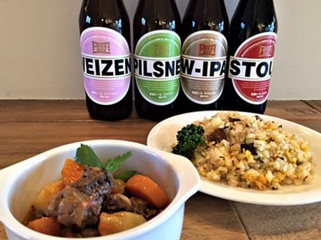 「Sunny」自慢の「牛すじトマト煮込み」(左)「へしこチャーハン」(右)と箕面ビール