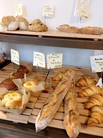 バゲットやクロワッサン、ブリオッシュなど、店頭に並ぶパン