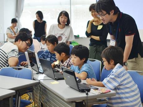 熱心にパソコンを操作する、「CoderDojo」調布に参加した子どもたち