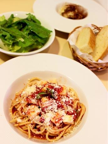 「Osteria Giulietta」3周年記念ワンコインランチセット モッツァレラチーズとバジルのトマトソーススパゲッティ・サラダ・自家製パン デザートはオプション(300円)