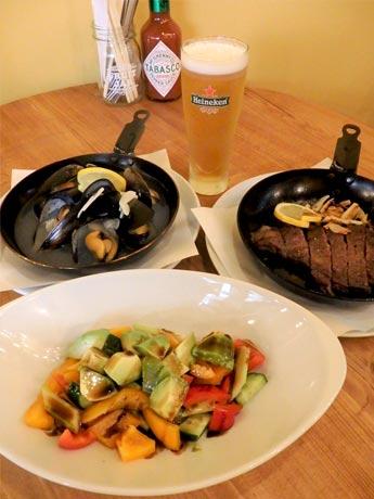 左奥から「たっぷりムール貝のワイン蒸し」「信州アップル牛のステーキ」「バルサミコ酢のアボカドマリネ」(手前)