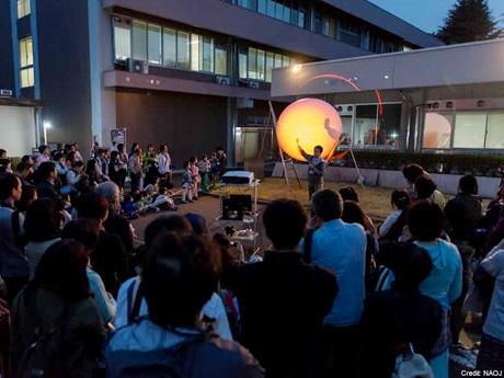 直径2メートルの巨大なバルーンに観測された太陽の写真を投影した 「ソーラープロジェクションマッピング」。(昨年の様子)©国立天文台