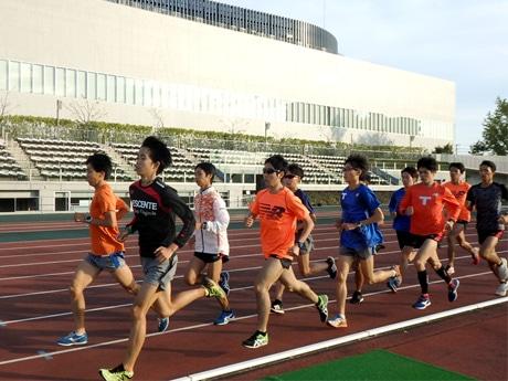 味の素スタジアム西競技場で練習する拓殖大学陸上部の選手たち