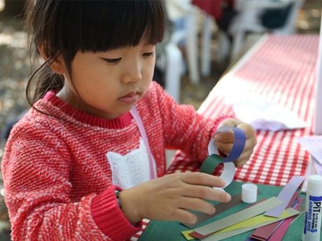 布多天神社で行われた「いろどりマルシェ」内「iroWakkaつなぎで共創アートワークショップ」で色輪っかを作る様子