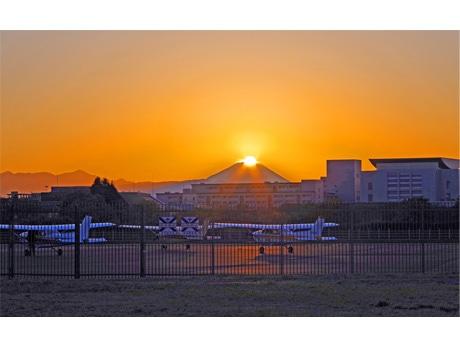調布飛行場で熊澤孝昭さんが撮影した「ダイヤモンド富士」(2012年11月16日撮影)