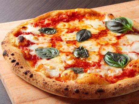 石窯で焼き上げた定番の人気ピザ「マルゲリータ」(780円)
