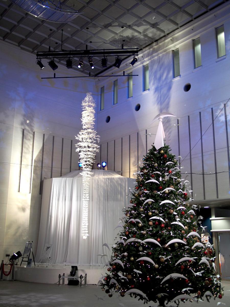 調布市文化会館たづくりで行われている「Happy Christmas2017 Air tracks」ライトアップ。アーティストの小松さんと同市内の障がい者施設や高齢者施設が協力して制作したクリスマスツリー