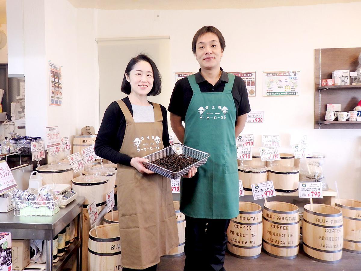 店主の吉田夫妻。手には焼き立てのコーヒー豆