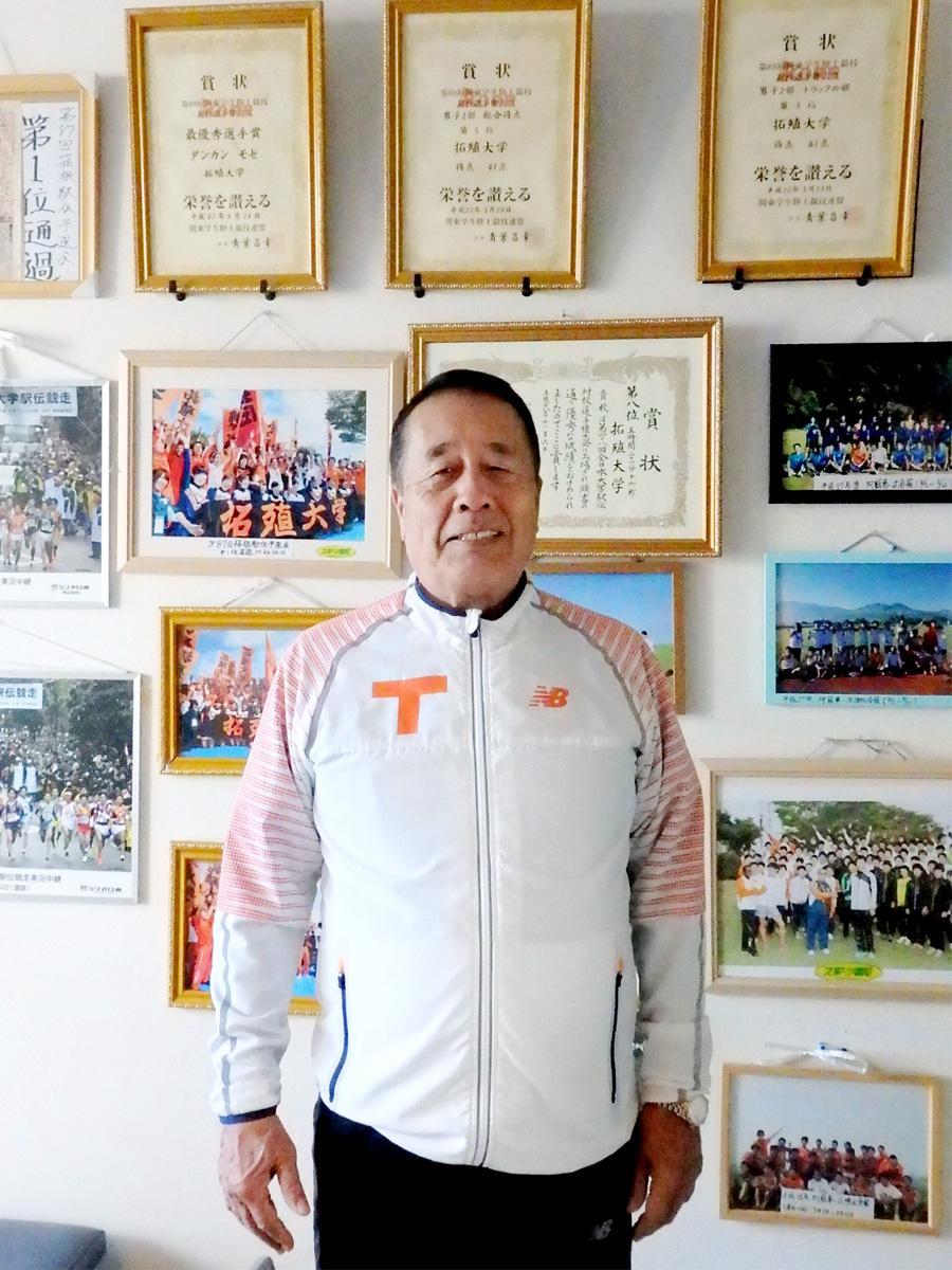 拓殖大学陸上競技部・岡田正裕監督、西調布のクラブハウスにて