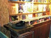 調布・つつじヶ丘に世界のビールとレコードの店 試聴用レコードプレーヤーも設置