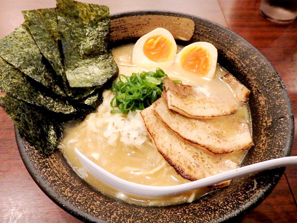 店主自慢の「特製・濃厚煮干しラーメン」(950円)