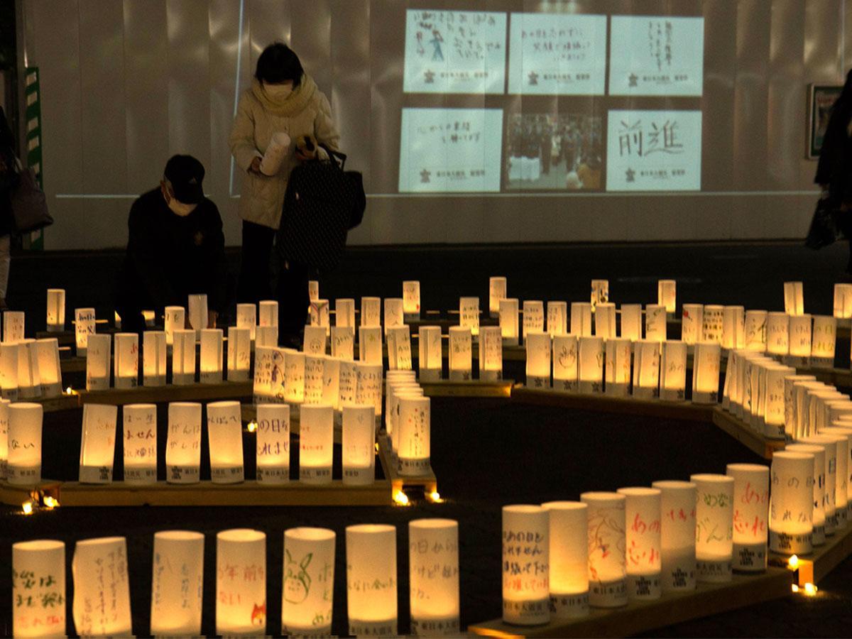 追悼の意を込めたLEDキャンドルと市民が寄せたメッセージを工事現場壁面に投影した様子