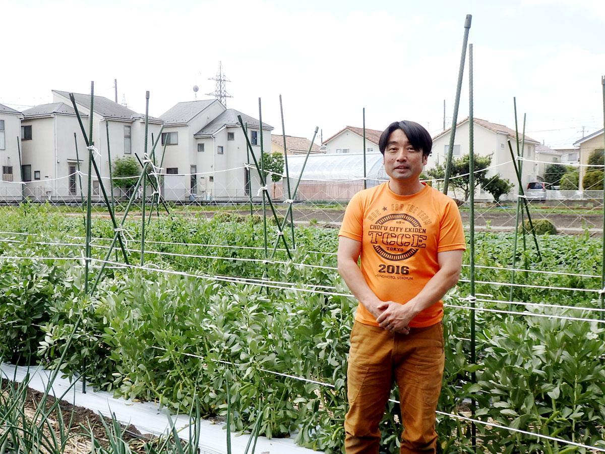 住宅地に囲まれ広がる斉藤農園、園主の斉藤修太郎さん