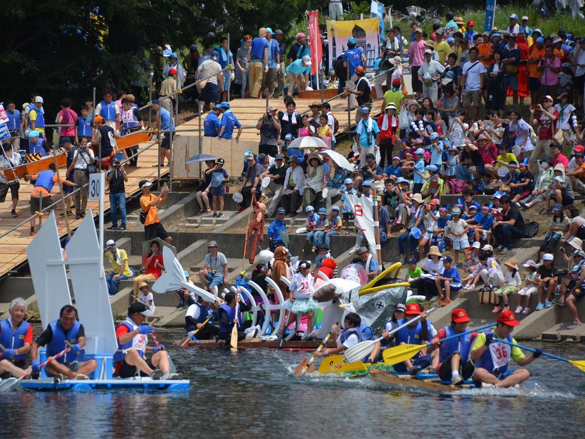 盛り上がりを見せる「狛江古代カップ第27回多摩川いかだレース」の様子