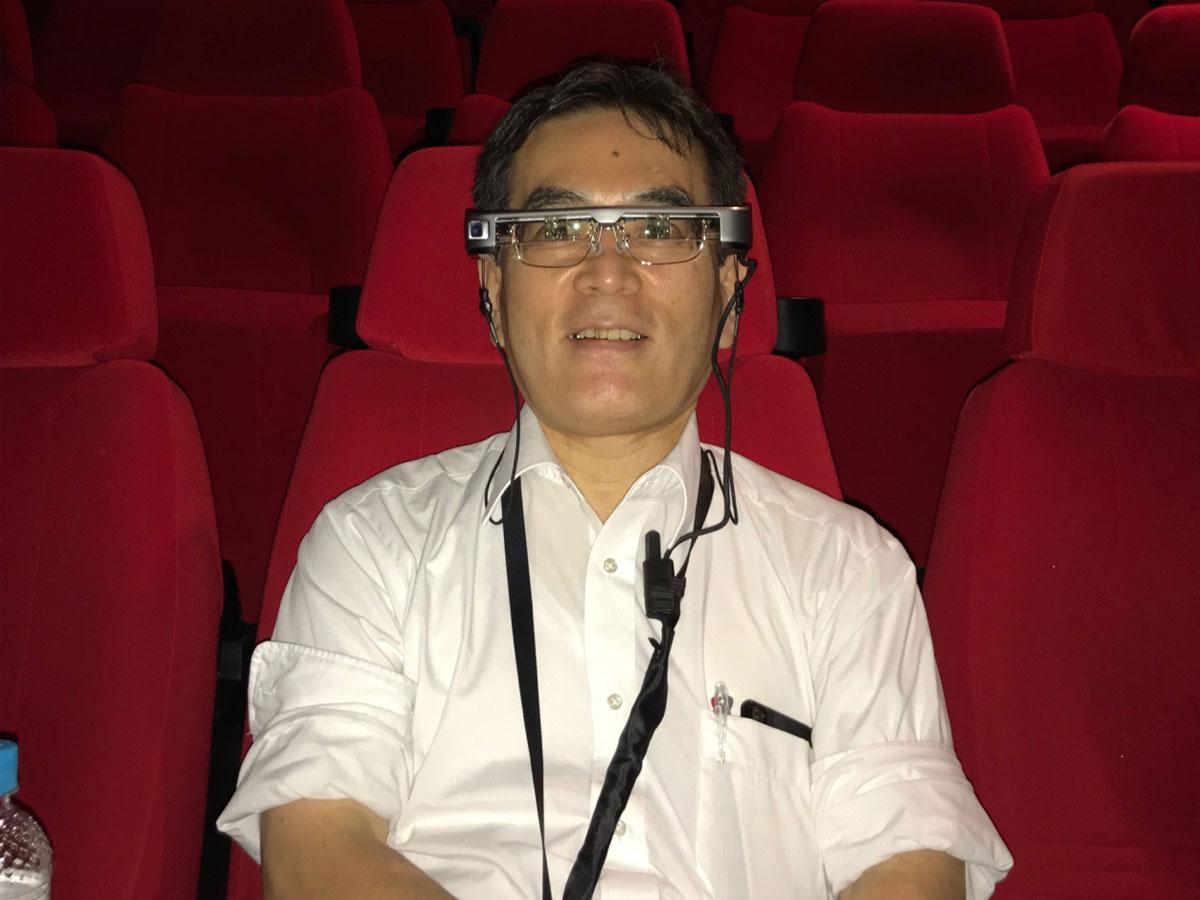 字幕対応の眼鏡型端末機「スマートグラス」を着用する様子