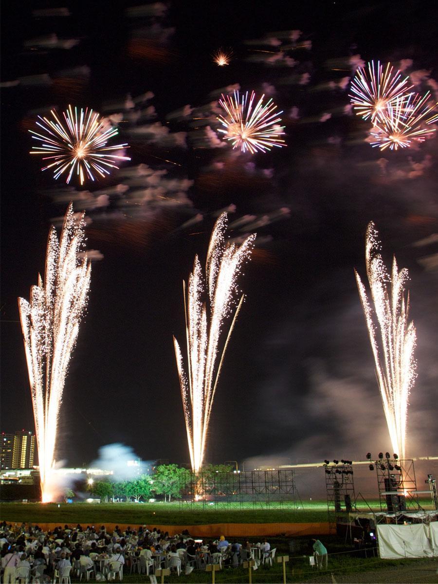 有料席では打ち上げが間近で観覧できる「狛江・多摩川花火大会」