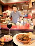 調布・旧道沿いに居酒屋 ソムリエ店主が伊直送のたる生ワインに合う鉄板料理