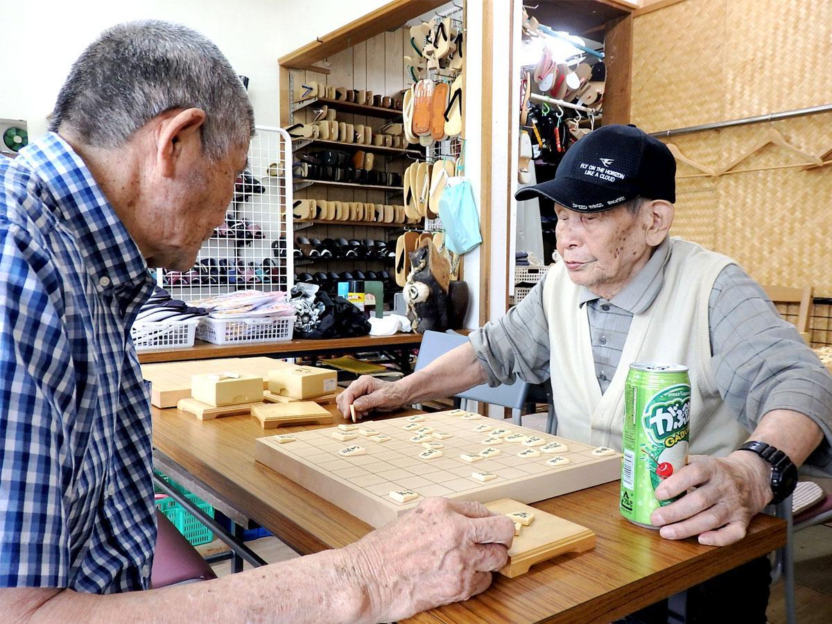 炭酸飲料を片手に次の一手を考える中村弘さん、100歳に
