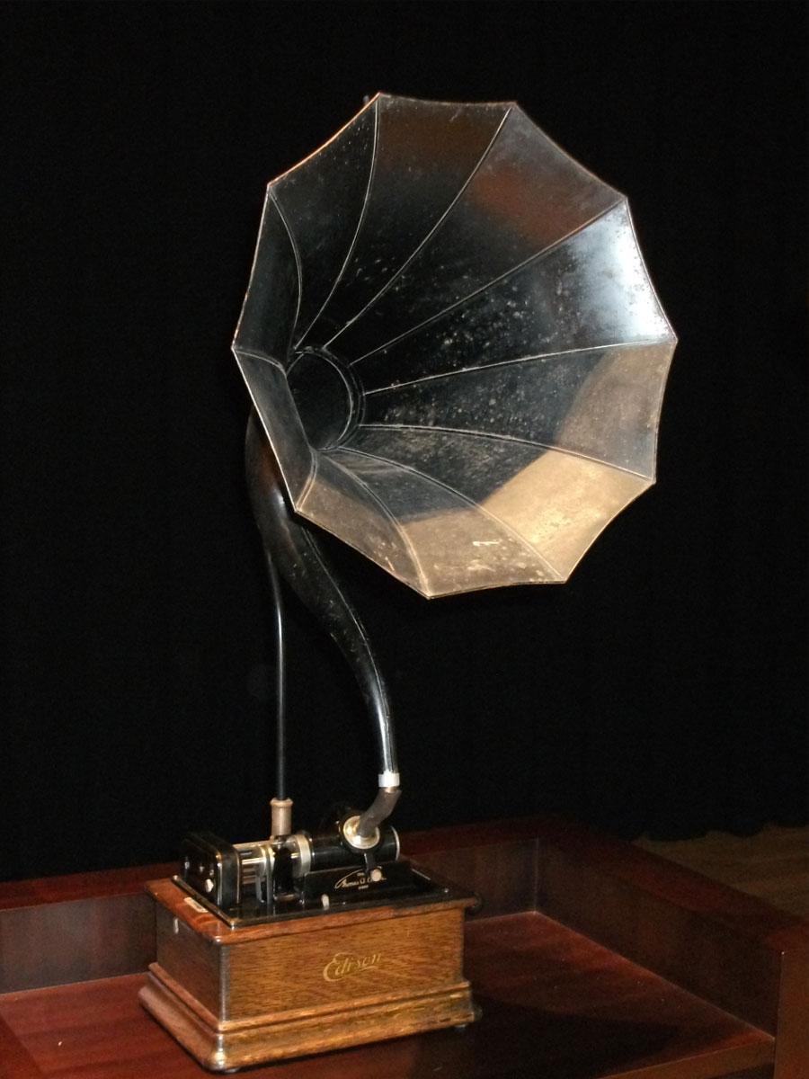 電気通信大学UECコミュニケーションミュージアムに動態保存されている1911(明治44)年に製造されたエジソン蝋管蓄音機