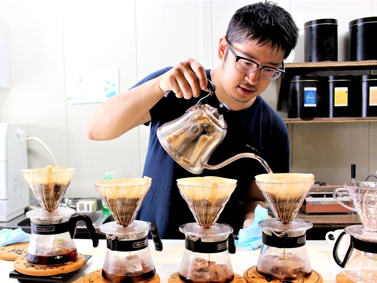 「ベルベット・コネクション」店主の河村拓さんが一杯ずつハンドドリップでいれるコーヒー